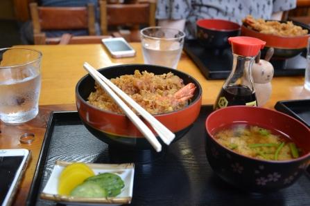 Il s'agit d'un plat appelé Ebi Katsudon.